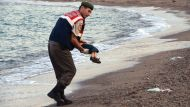 Turkish policeman recovers the body of a 3 year old refugee